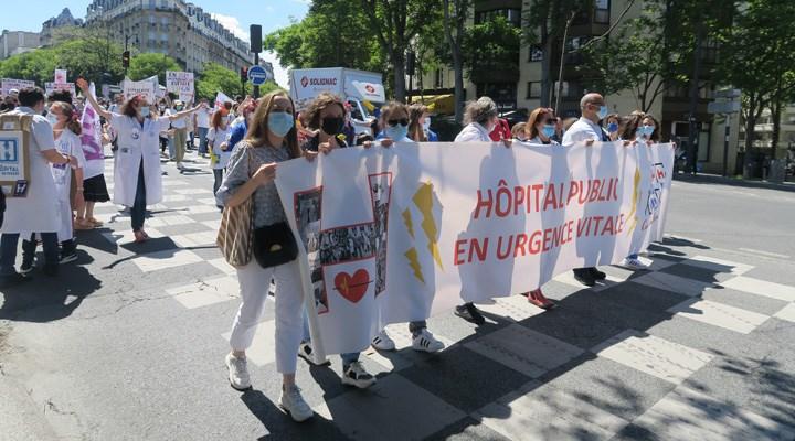 Fransa'da sağlıkçılar hükümeti protesto etti: 'Sağlık, maddiyattan önce gelir'