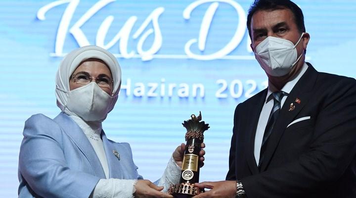 'Çakma ödül' ile gündeme gelen AKP'li Başkan Dündar'a Emine Erdoğan tarafından ödül verildi
