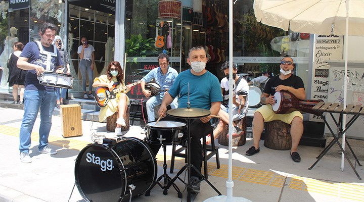 İzmir'de müzisyenlere vefa eylemi