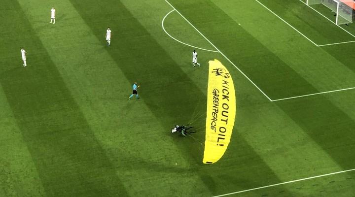 Fransa-Almanya maçında bir çevre aktivisti sahaya paraşütle indi: Petrole kırmızı kart gösterin