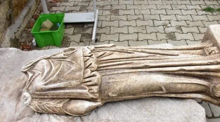 Metropolis Antik Kenti'nde 1800 yıllık kadın heykeli bulundu