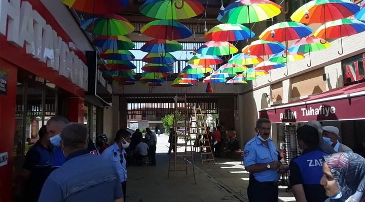 Kayyum'un renklerle mücadelesi: Erciş'te sokağa asılan şemsiyeler söküldü