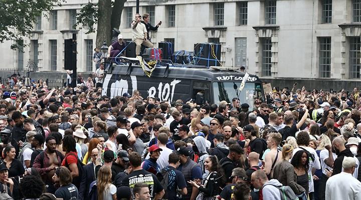İngiltere'de canlı müzik mekanları çalışanlarından Covid-19 tedbirlerine protesto