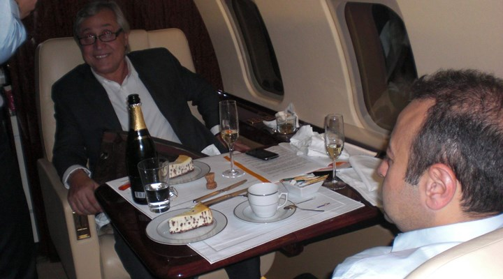 Ali Bayramoğlu'ndan Egemen Bağış'la fotoğrafına açıklama: Devletin uçağıydı, şampanya bakanın ikramıydı