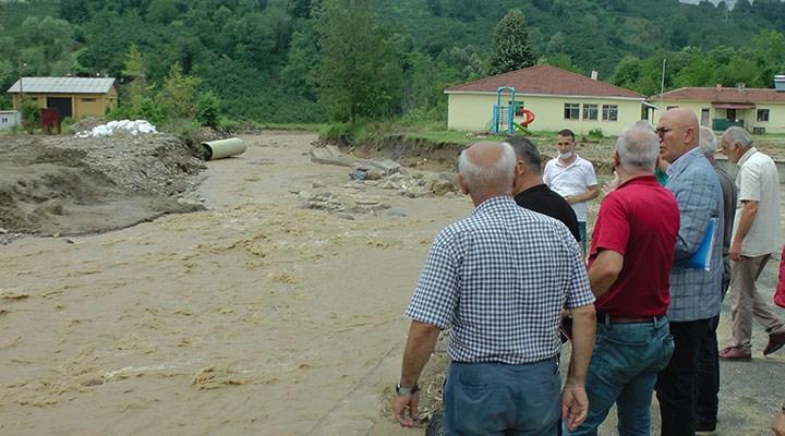 Düzce valisi Atay, sel mağduru köyde CHP'li Tanal ile karşılaşınca bölgeyi terk etti