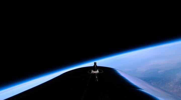 İngiliz iş insanı Richard Branson, şirketinin geliştirdiği araçla uzaya çıktı