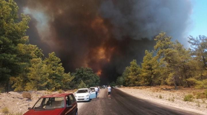 Manavgat'ta 4 ayrı noktada çıkan orman yangını yerleşim yerlerine sıçradı