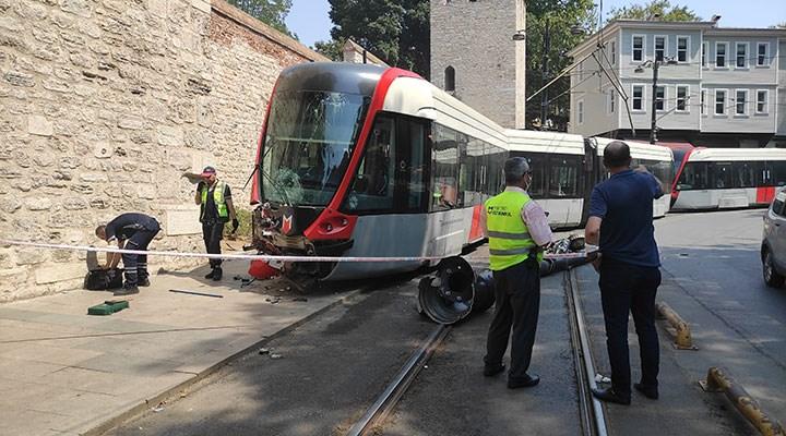 Gülhane'de raydan çıkan tramvay elektrik direğine çarptı