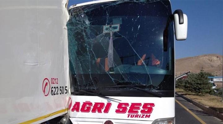 Erzincan'da yolcu otobüsü TIR'a çarptı: 26 yaralı