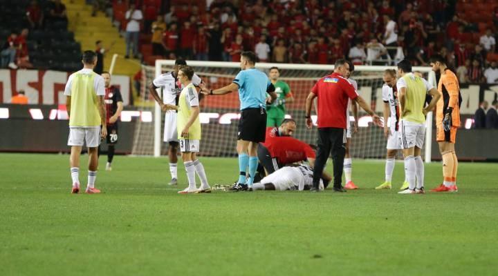 Beşiktaşlı Nsakala fenalaşarak yere yığıldı