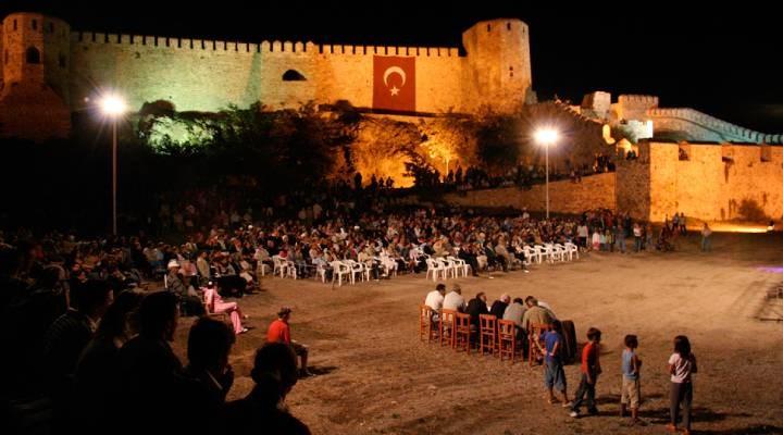 Bozcaada'da Genco Erkal ve Şevket Çoruh'un sahne alacağı tiyatro oyunları engellendi