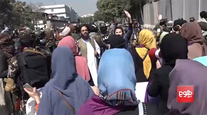 Taliban, kadınların eylemine biber gazıyla saldırdı