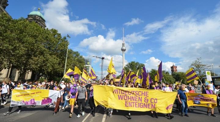 Berlin'de binlerce kişi kira artışlarına dur demek için toplandı