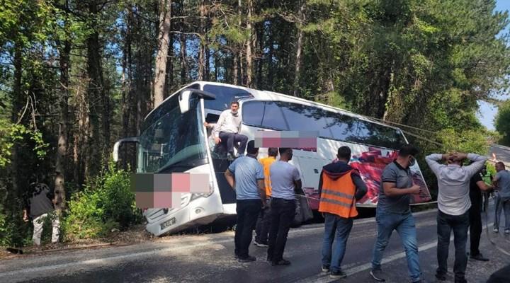 35 yolcusu bulunan otobüs, uçurum kenarında asılı kaldı