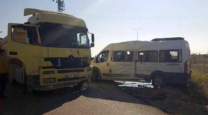 Fabrika işçilerini taşıyan servis TIR ile çarpıştı: 15 yaralı