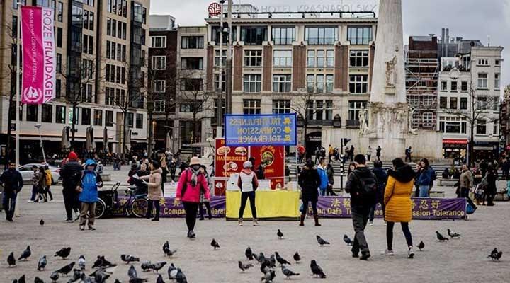 Hollanda'da kısıtlamalar kalktı, korona kart uygulaması başladı