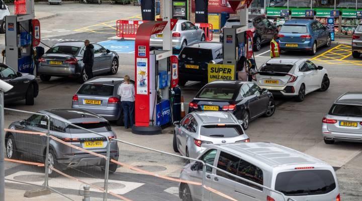 İngiltere'deki akaryakıt istasyonlarında araç kuyrukları devam ediyor