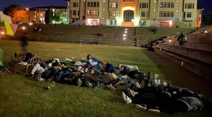 """Koç Üniversitesi'nde """"Barınamıyoruz"""" eylemi"""
