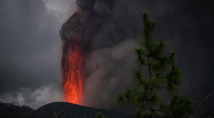 La Palma Adası'nda yanardağdan akan lavlar Todoque Kilisesi'ni devirdi