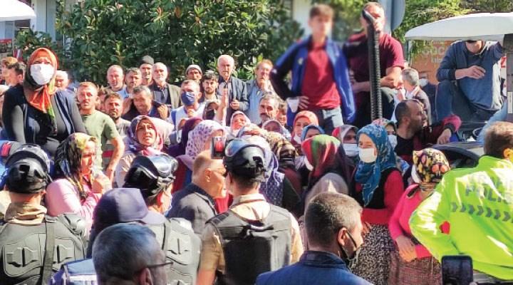 Vezirköprülüler AKP'li belediye binasını taşladı