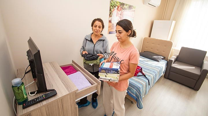 İzmir'de misafirhaneler, yurt arayan öğrencilere açıldı