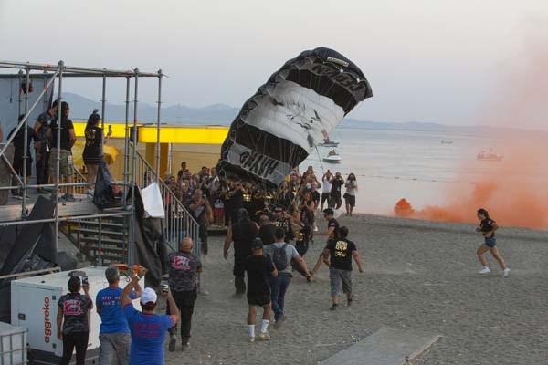 hayko-cepkin-zeytinli-rock-festivali-nde-sahneye-parasutle-indi-505595-1.