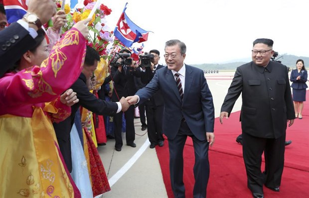 kuzey-kore-ile-guney-kore-liderlerinden-samimi-bulusma-511458-1.