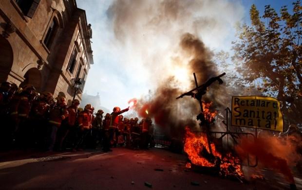 ispanya-da-saglik-ve-itfaiye-calisanlarindan-protesto-536428-1.