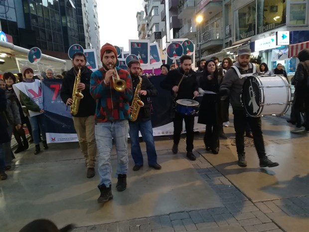 izmir-tiyatro-festivali-yuruyus-korteji-ile-basladi-539638-1.