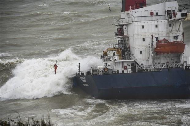 sile-de-kargo-gemisi-karaya-oturdu-543945-1.