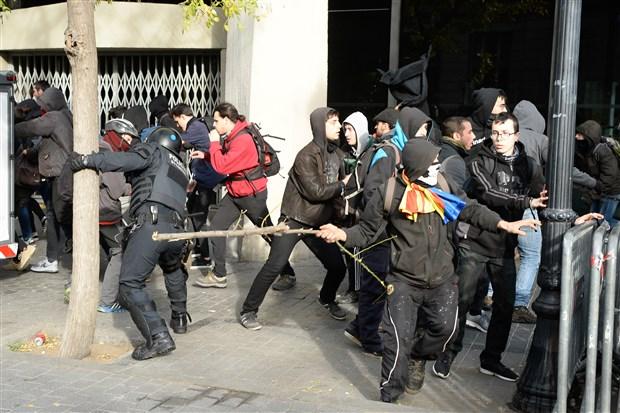 katalonya-da-polis-ile-halk-karsi-karsiya-geldi-544729-1.
