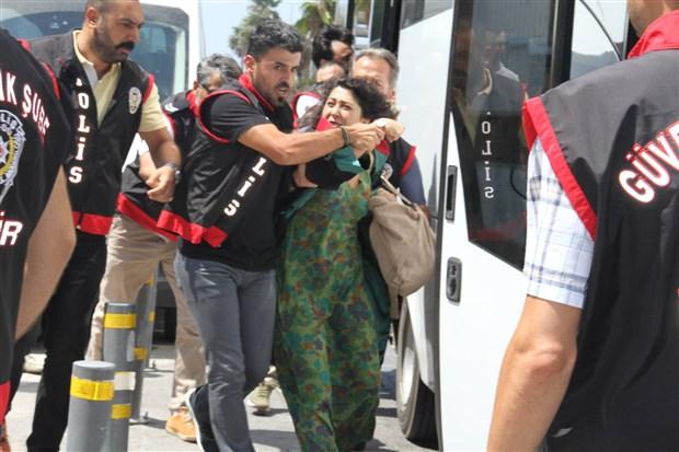 izmir-deki-kayyum-eylemine-polis-saldirisi-26-avukat-gozaltina-alindi-615575-1.