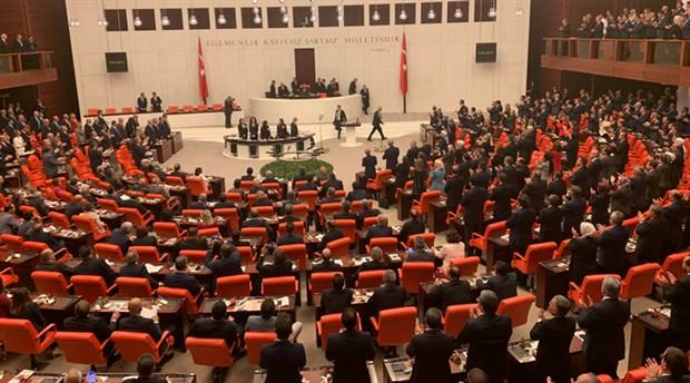 meclis-te-yeni-yasama-yili-acilisi-chp-li-ve-hdp-li-vekiller-erdogan-i-oturarak-karsiladi-631715-1.