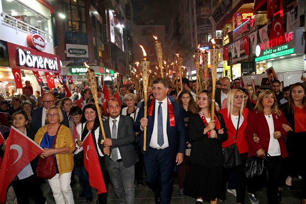 izmir-de-cumhuriyet-bayrami-kutlaniyor-642741-1.