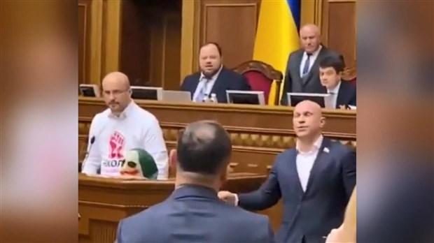 ukrayna-parlamentosu-nda-joker-maskeli-protesto-648597-1.