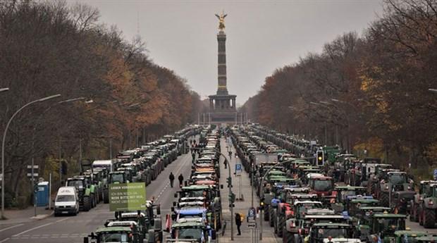 berlin-de-binlerce-ciftci-traktorleriyle-eylem-yapti-654627-1.