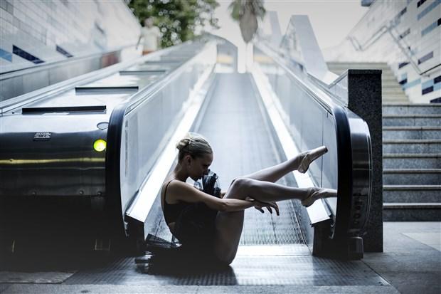 tramvay-istasyonunda-dans-eden-balerinleri-ciplak-insanlar-var-diyerek-polise-ihbar-ettiler-671847-1.