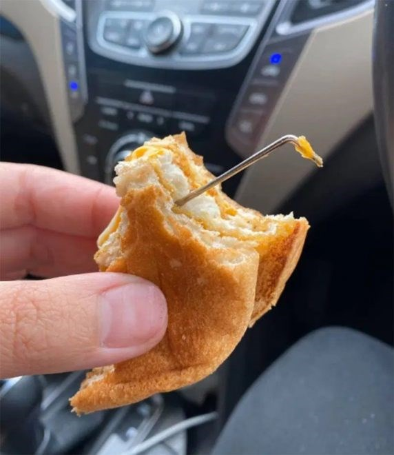 fast-food-skandallari-bitmek-bilmiyor-burgerin-icinden-metal-cubuk-cikti-689270-1.