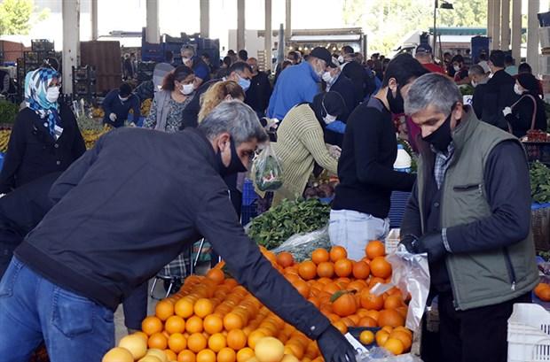 sokaga-cikma-yasaginin-ardindan-pazarlarda-sosyal-mesafesiz-yogunluk-715750-1.
