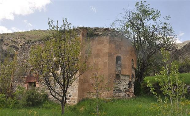 dipsiz-gol-u-yok-eden-defineciler-yesildere-kilisesi-ni-de-talan-etti-732607-1.