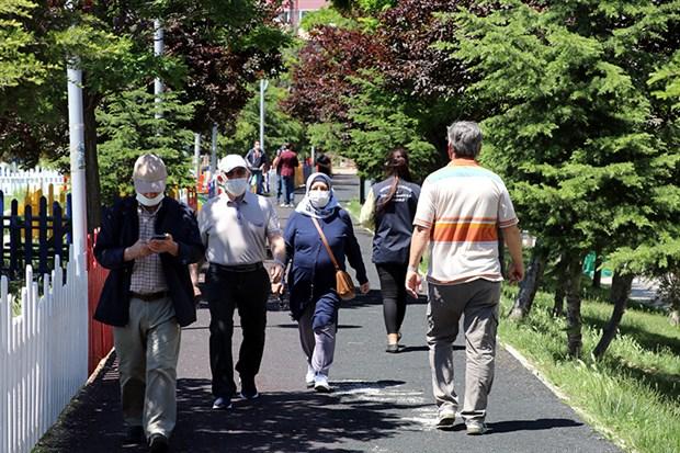 65-yas-ve-ustu-yurttaslar-bayramin-ilk-gununu-sokaklarda-gecirdi-735598-1.