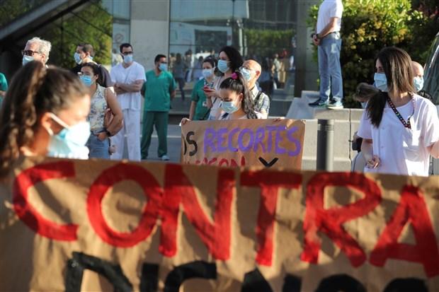 ispanya-da-saglik-calisanlarindan-koronavirus-protestosu-735875-1.