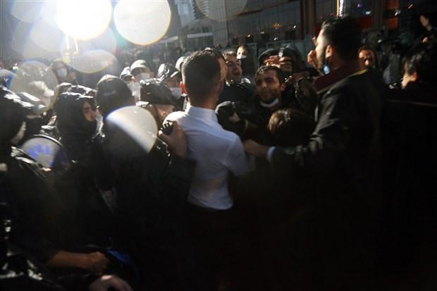 hukuka-barikat-ikinci-gununde-polis-avukatlara-gonderilen-yemege-el-koydu-747597-1.