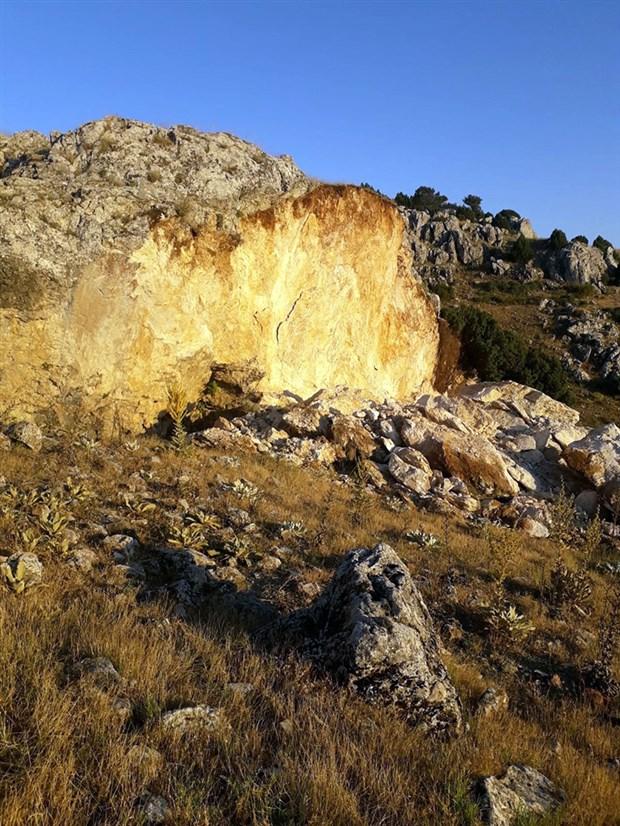 defineciler-tarihi-kalintilarin-oldugu-bolgede-tonlarca-kaya-patlatti-756904-1.