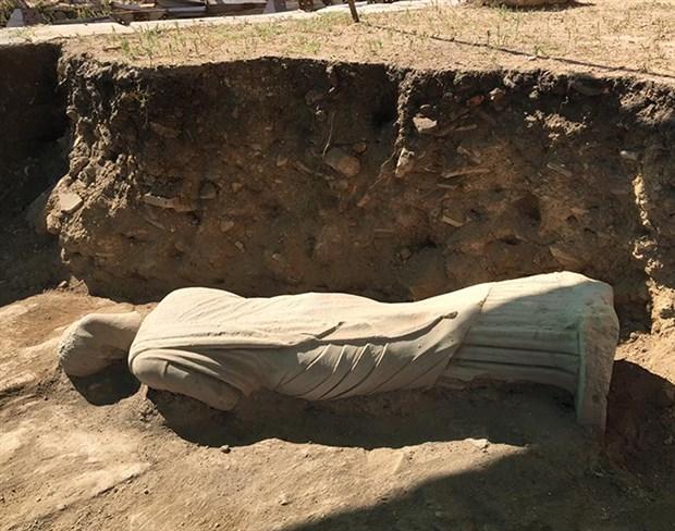 perge-antik-kenti-nde-1700-yillik-kadin-heykeli-bulundu-761420-1.