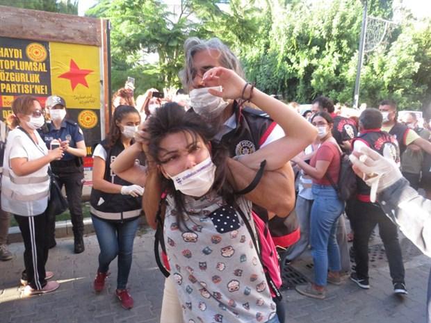 izmir-deki-istanbul-sozlesmesi-eylemine-polis-mudahalesi-16-gozalti-765063-1.