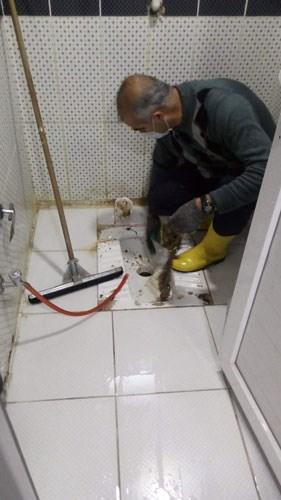 sendika-dusmanliginda-son-nokta-isciye-elleriyle-tuvalet-temizlettiler-788625-1.