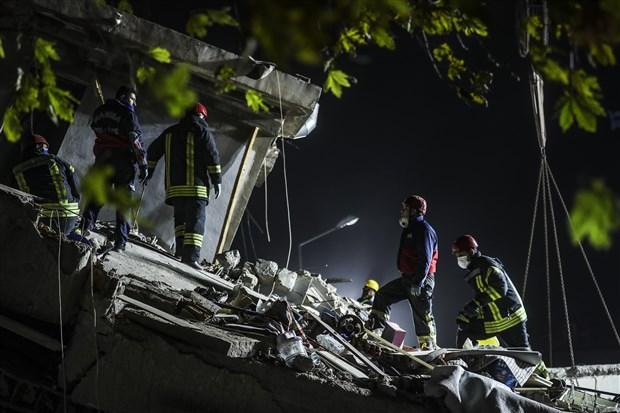 izmir-deki-6-6-buyuklugundeki-depremde-can-kaybi-24-e-yukseldi-799289-1.