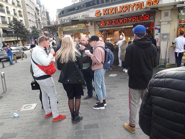 taksim-de-bufeler-onunde-sosyal-mesafesiz-yemek-kalabaliklari-808828-1.