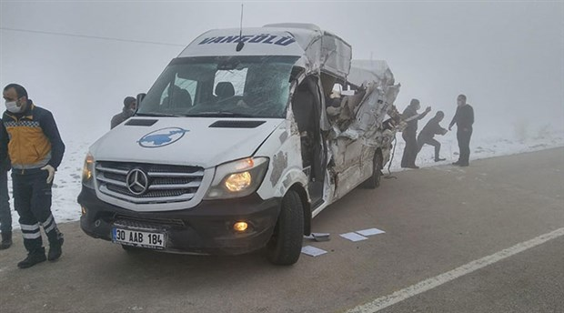 hakkari-de-yolcu-minibusu-ile-tir-carpisti-4-kisi-hayatini-kaybetti-821982-1.